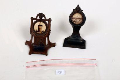 Deux porte-montres en métal incorporant des...
