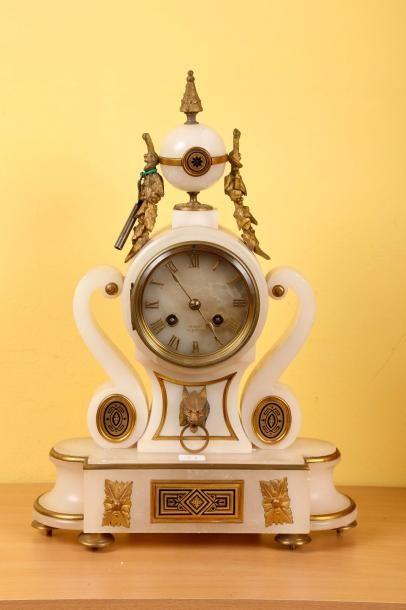 Pendule de cheminée en albâtre signée 'Surraud...