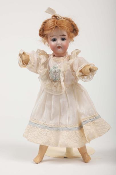 Petite poupée Allemande,tête en porcelaine...