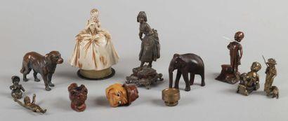 Lot de 11 sujets et animaux en bois et métal...