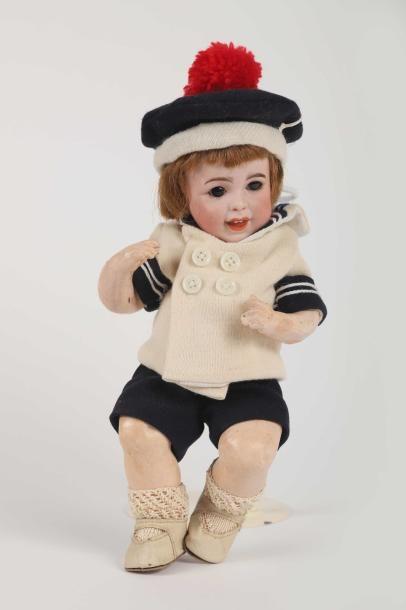 Bébé caractère, tête en porcelaine, marquée...