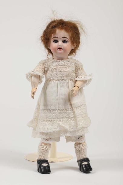 Petite poupée, tête porcelaine marquée en...