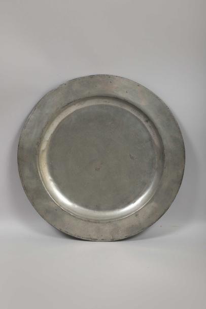 D. 45,7 cm. Présentoire circulaire en forme...