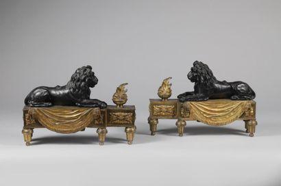 H.33 x 44 x 12 cm. Paire de chenets en bronze...