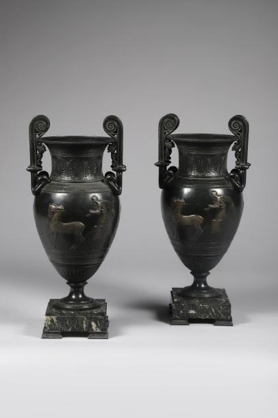 H.46 cm - Base 14 x 14 cm. Paire de vases...