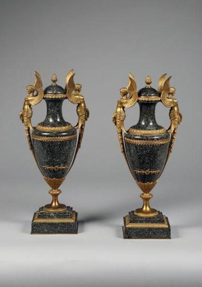 H.47 cm - Base 13,5 x 13,5 cm. Paire de vases...