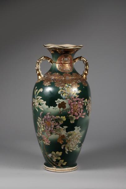 H.65 cm. Deux vases dans le genre de SATSUMA:...