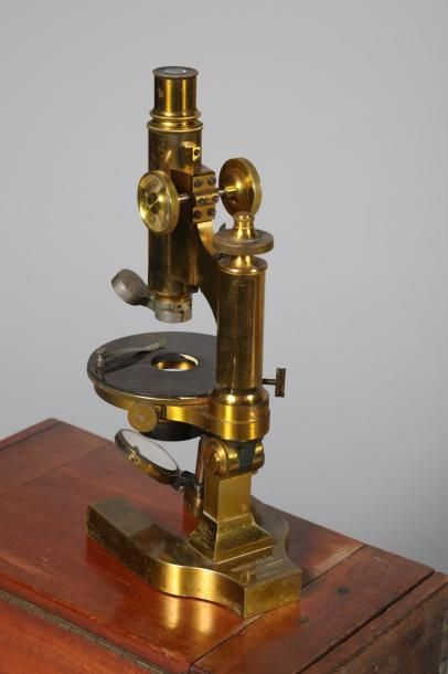 Microscope en laiton exécuté par NACHET et...