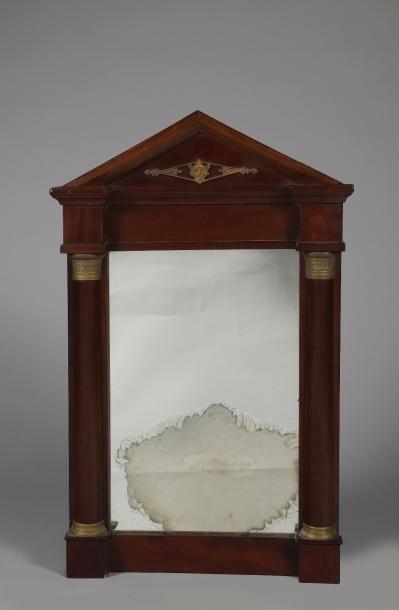 H.72 - L. 46 cm. Petit miroir mural en acajou...