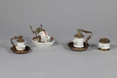 Quatre encriers de bureau en porcelaine et...
