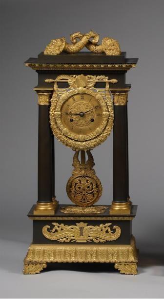 H.56 x 26 x 13 cm. Pendule portique en laiton...