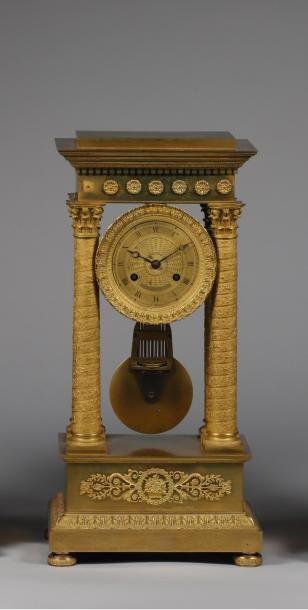 H.48,5 x 24 x 15 cm. Petite pendule en portique...