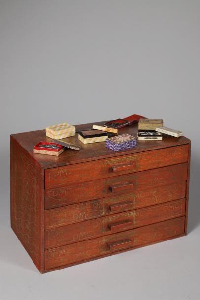 Coffret à 5 tiroirs en bois contenant une...