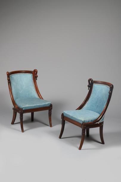 H.66 x 45 x 35 cm. Paire de petites chaises...