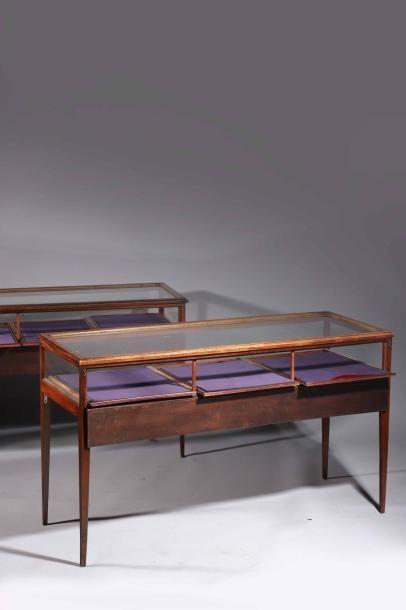 H.Paire de tables faisant vitrine plate en...