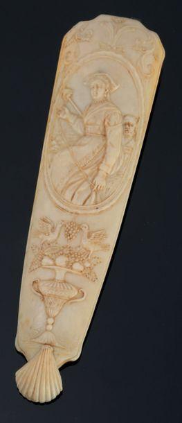 Rape à tabac en ivoire sculpté, avec son...