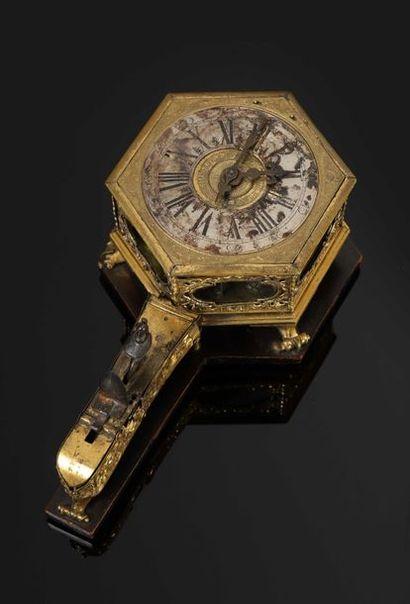 Horloge de table à sonnerie au passage des...