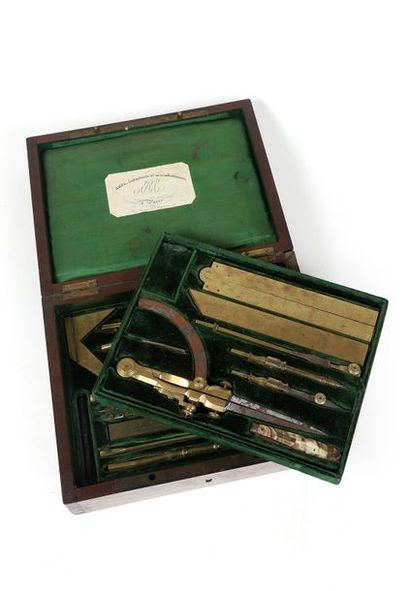 * Boîte d'instruments à dessiner à trois...