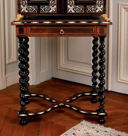 Petite table servant de support d'un cabinet...
