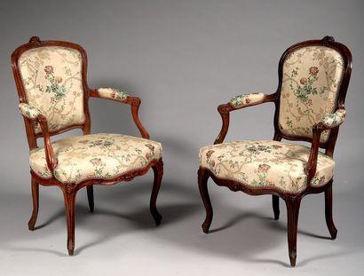 Deux fauteuils cabriolet appariés, l'un en...