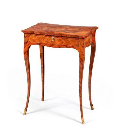 Petite table à transformations en placage...