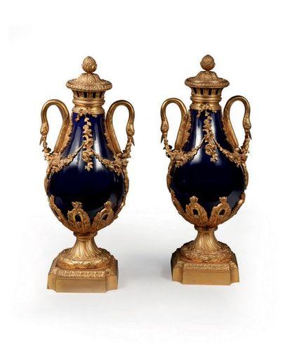 Paire de grands vases couverts en porcelaine...