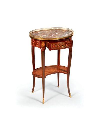 Petite table de milieu de salon de forme...