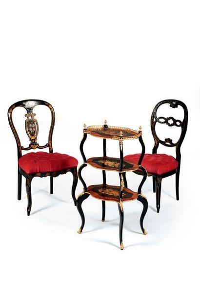 Deux chaises appariées en bois burgauté et...