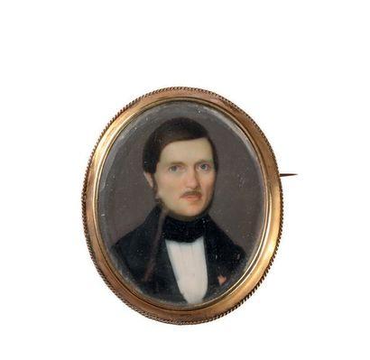 Miniature ovale sur nacre. Portrait d'homme...