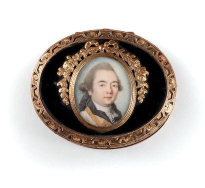 Tabatière ovale d'époque Louis XV, à charnière en poudre de corne pressée teintée...
