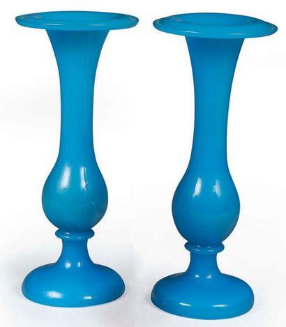 Paire de petits vases soliflores de forme...