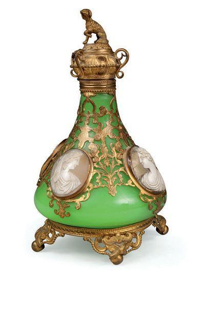 Flacon en opaline vert feuille et riche monture...