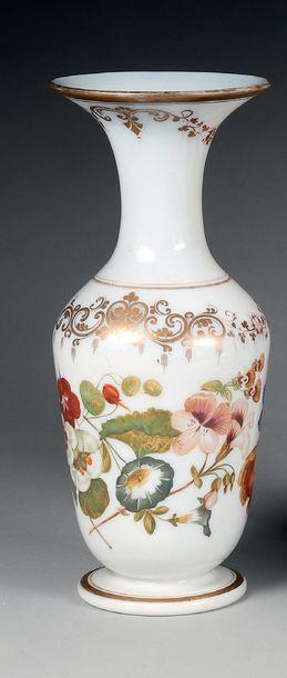 Vase balustre en demi-cristal d'opale blanc...