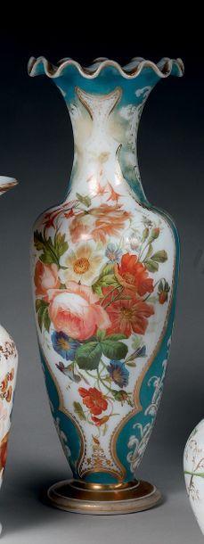 Vase balustre à col ondulé et festonné en...