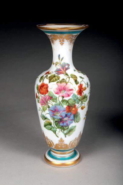 Vase décoratif ovoïde sur piédouche. Demi-cristal...