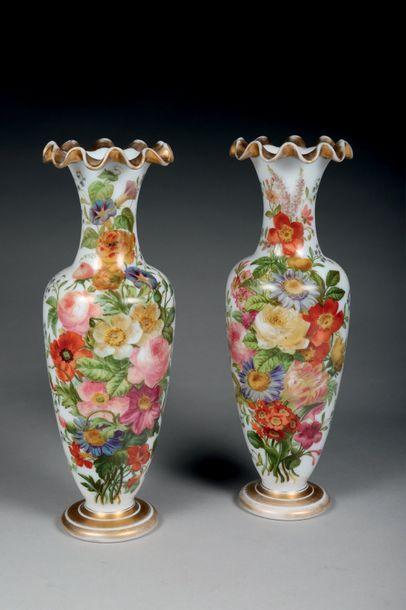 Paire de vases balustres à col ondulé et...