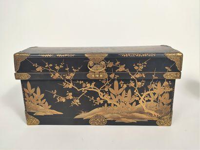 JAPON - XIXe siècle Coffret en laque noire...