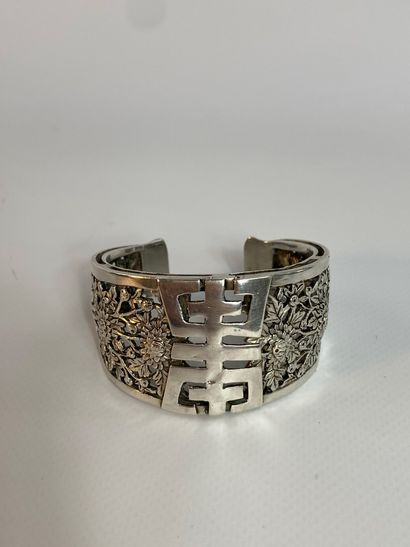 """""""BRACELET / SILVER SILVER Cuff China or Vietnam It is openworked with a central..."""