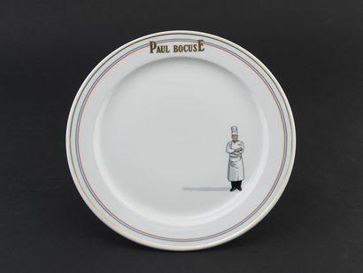 Une assiette en porcelaine blanche, aile...