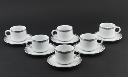 Six tasses et sous tasses à thé en porcelaine...