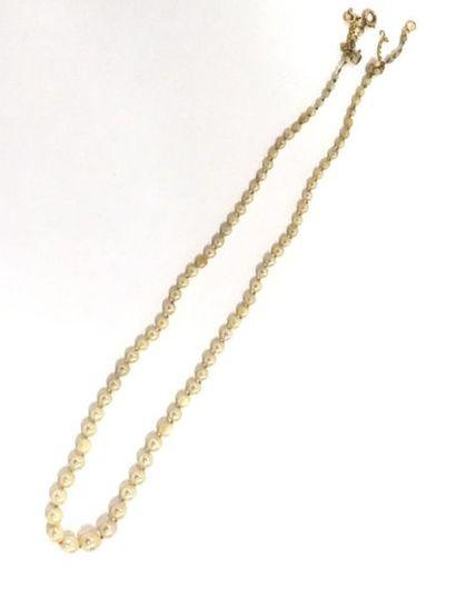 Collier d'un rang de perles de culture disposées en chute,fermoir et chaine de sécurité...
