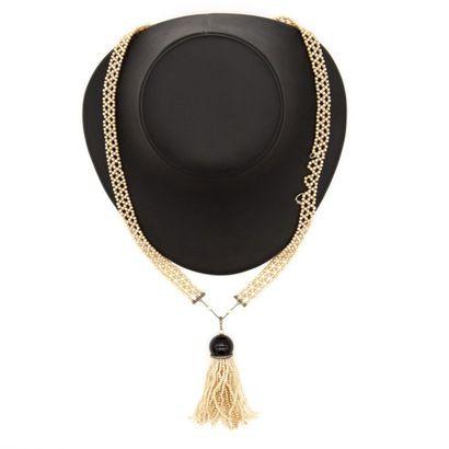 Sautoir de perles imitations, tressées, la jointure se fait par deux barettes d'or...