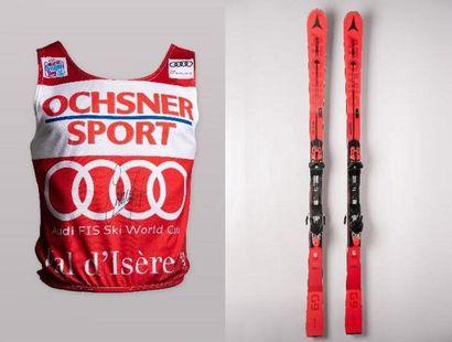 [Ski alpin] Dossard rouge et paire de skis...