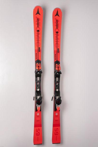 [Ski alpin] Paire de skis et dossard rouge...