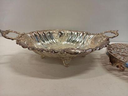 Dessous de plat reposant sur 4 pieds et coupe en métal argenté L Coupe : 42 cm D...