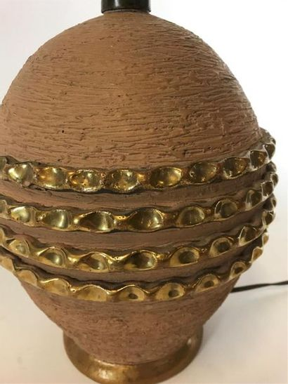 Lampe boule en terre cuite à décor de quatre bandes dorées Vers 1930 H : 32 cm