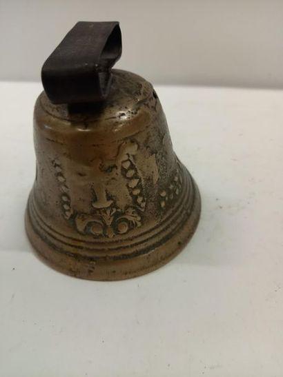 Cloche en bronze daté 1841 H : 11.5 cm