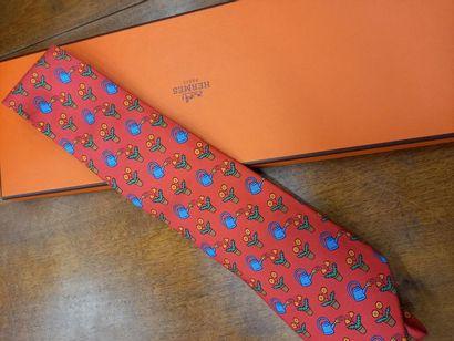 HERMES cravate à décor de fleurs et d'arosoirs (fond rouge) Dans sa boite TBE