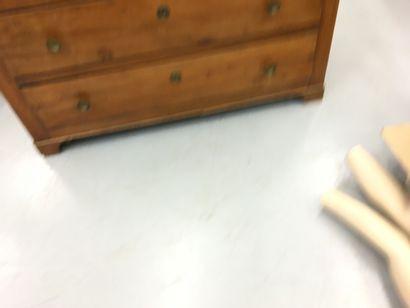 Commode en bois naturel, ouvrant par trois tiroirs  H: 88 L 124 l: 55 cm