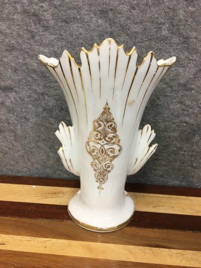 Vase d'autel en porcelaine peinte  H : 35 cm